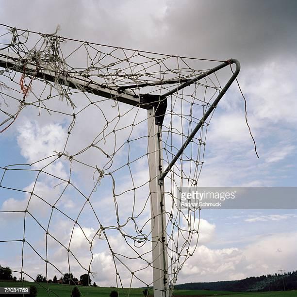 corner of goal post and broken net - but matériel de sport photos et images de collection