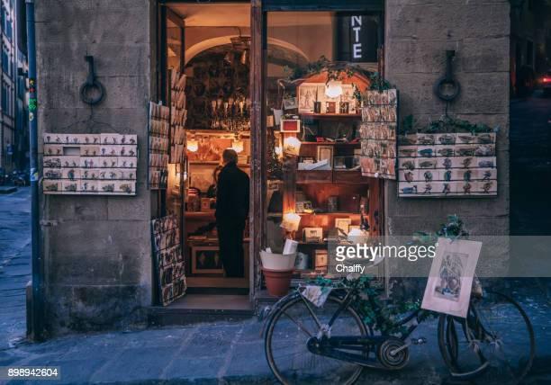 un magasin du coin à florence - florence douillet photos et images de collection