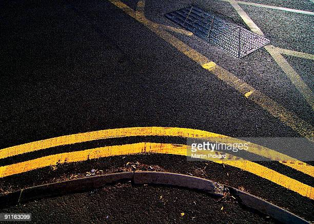 corner yellow road markings - double yellow line stock photos and pictures
