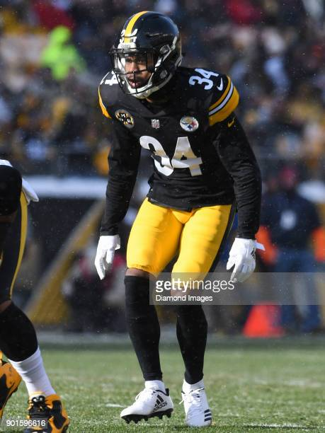 Cornerback Cameron Sutton of the Pittsburgh Steelers awaits the snap from his position in the first quarter of a game on December 31 2017 against the...