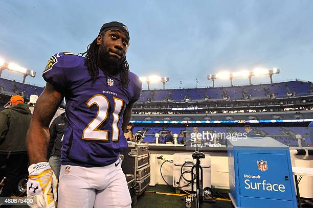 Cornerback Lardarius Webb of the Baltimore Ravens leaves the field after the game against the Cleveland Browns at M&T Bank Stadium on December 28,...