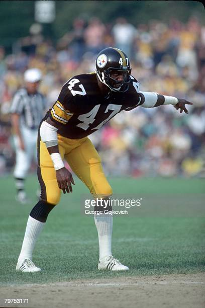 Cornerback Mel Blount of the Pittsburgh Steelers signals to teammates before a play against the Baltimore Colts at Memorial Stadium on September 14...