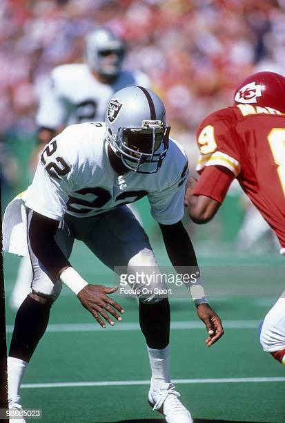 Cornerback Mike Haynes of the Los Angeles Raiders guarding wide receiver Henry Marshall of the Kansas City Chiefs circa 1984 during an NFL football...