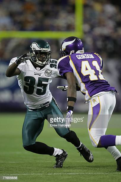 Cornerback Nick Graham of the Philadelphia Eagles drops into coverage during the game against the Minnesota Vikings on October 28 2007 at the Hubert...