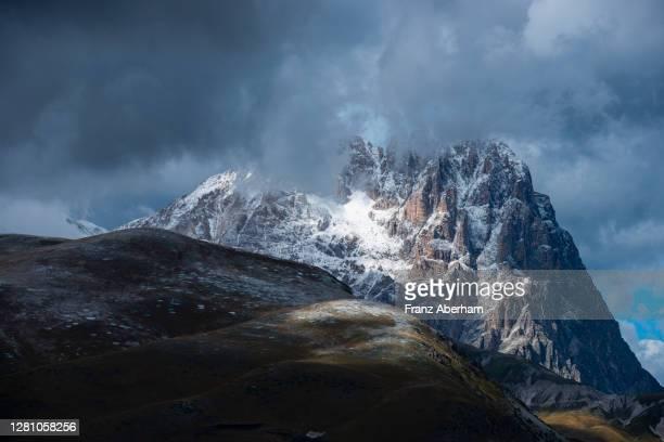 corno grande, gran sasso massif, campo imperatore, italy - parco nazionale del gran sasso e monti della laga foto e immagini stock