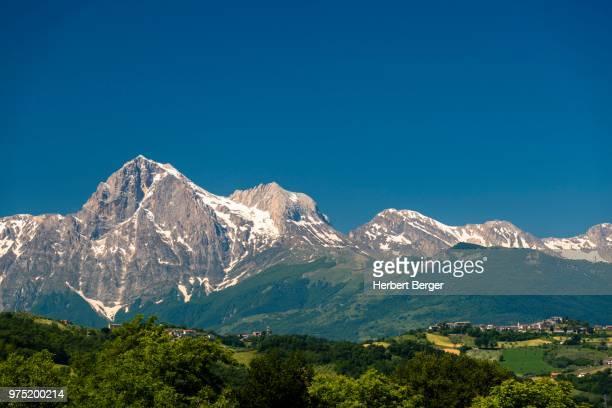 corno grande, gran sasso, parco nazionale del gran sasso e monti della laga, abruzzo, italy - gran sasso d'italia foto e immagini stock