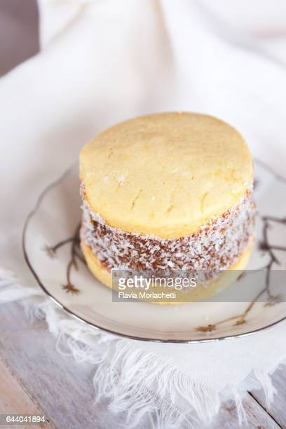Cornstarch alfajor with dulce de leche