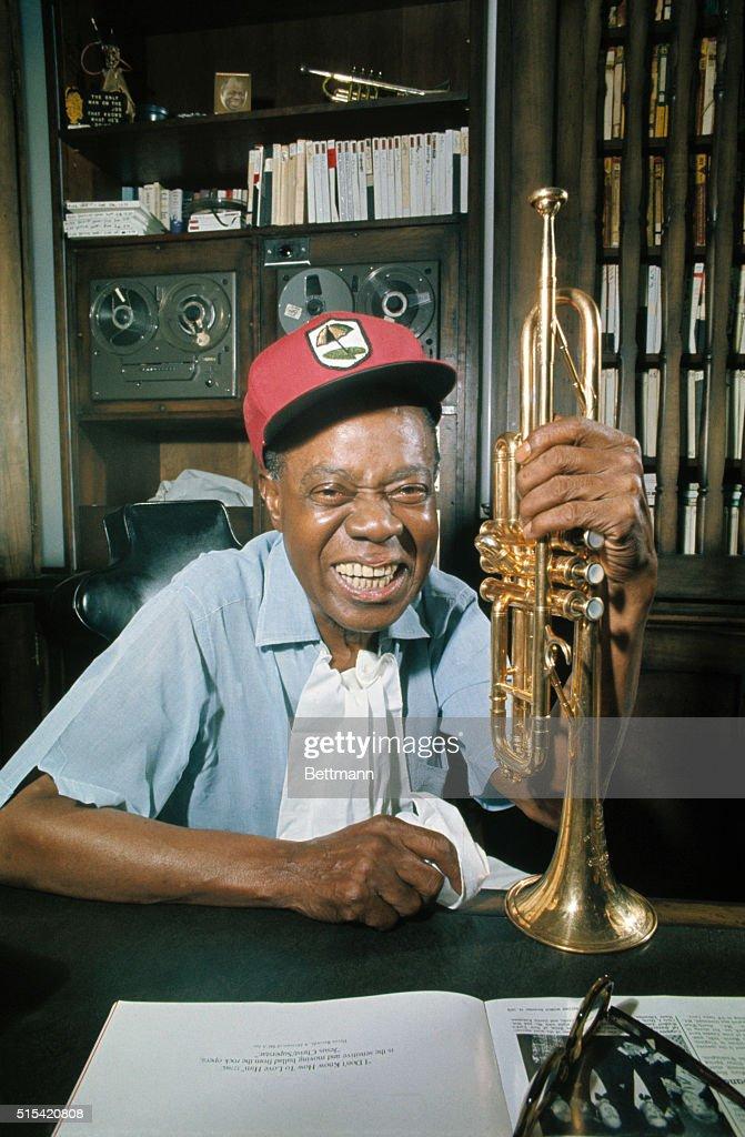 Louis Armstrong Holding Trumpet : Fotografía de noticias