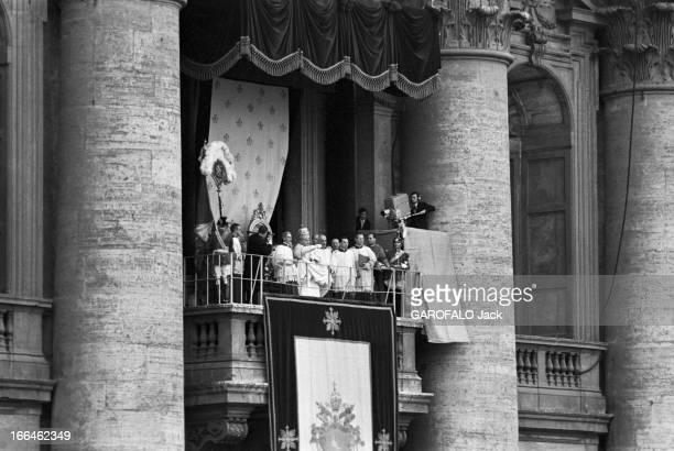 Coronation Of John Xxiii Rome 4 Novembre 1958 Lors de son couronnement vue du balcon où le pape JEAN XXIII portant la tiare d'or et assis sur un...