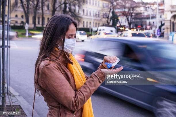 coronavirus bescherming. met behulp van gel reiniger om infectieziekten te voorkomen. - hand sanitizer stockfoto's en -beelden