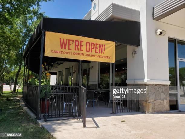 """attrazioni per il coronavirus: cartello """"siamo aperti"""" al ristorante locale negli stati uniti. - striscione segnale foto e immagini stock"""