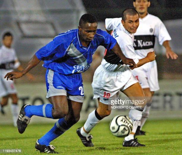 Corozo of Emelec Ecuador is fighting for ball with Luis Alberto Monzon of Olimpia Paraguay on April 12 2001 Corozo del Emelec de Ecuador disputa el...