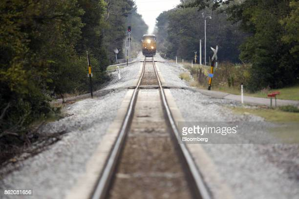 Corp freight train passes through Oakland Kentucky US on Thursday Oct 12 2017 CSX is scheduled to release earnings figures on Oct 17 Photographer...