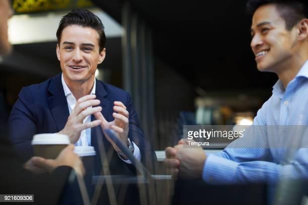 reunión de negocios corporativos al aire libre en movimiento. - participacion ciudadana fotografías e imágenes de stock