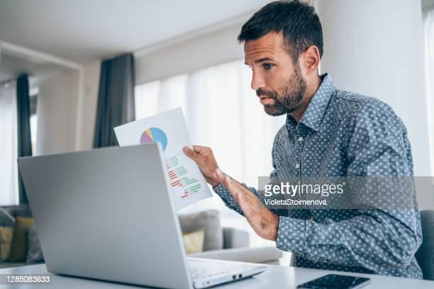 bedrijfsteam in videoconferentie. - flexplekken stockfoto's en -beelden