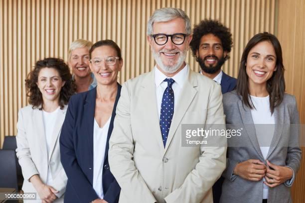 retrato de equipo de negocios corporativos. - grupo mediano de personas fotografías e imágenes de stock