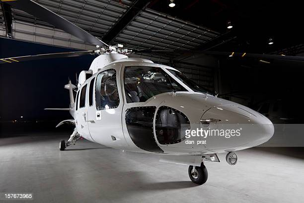 企業のヘリコプターで飛行機格納庫