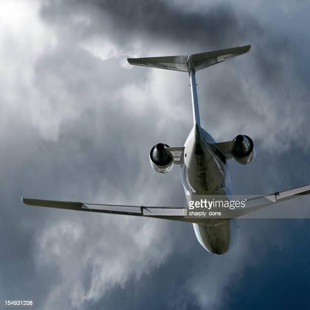 Avion privé d'entreprise avion volant en storm
