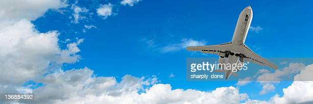 jet avion d'atterrissage dans un ciel clair