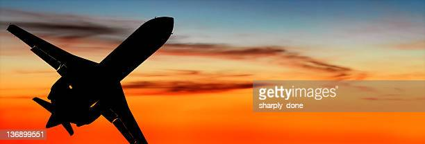 Avion privé d'entreprise avion décollage au crépuscule