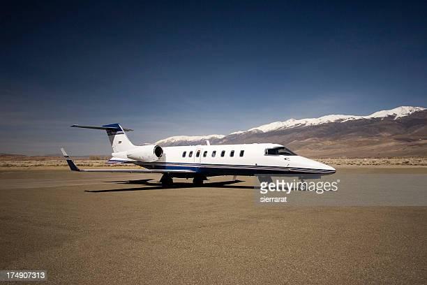 corporate jet - flugzeugheck stock-fotos und bilder