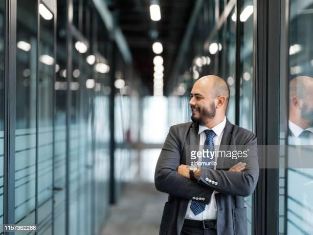 homme d'entreprise restant dans un couloir - plan moyen angle de prise de vue photos et images de collection