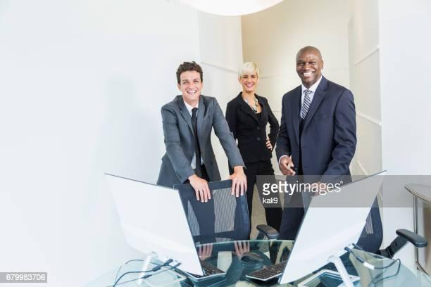 スーツ姿の企業、多民族のビジネス チーム