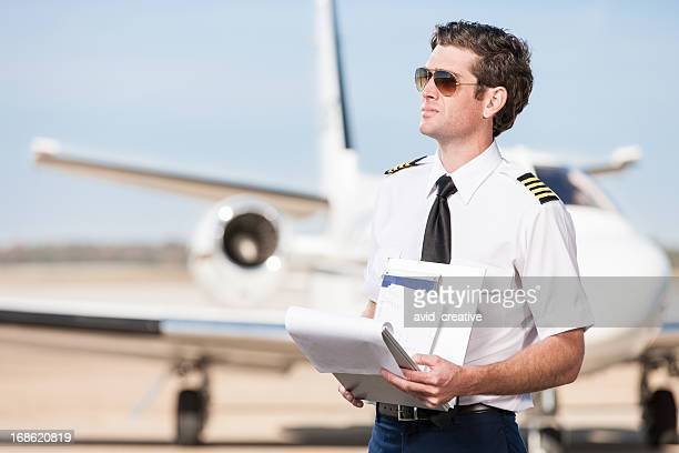 Corporate Pilot mit offenes Buch