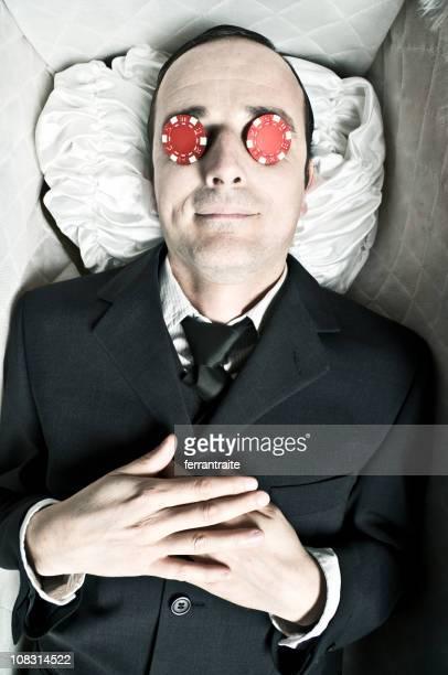 corpse de coffin com fichas de pôquer nos olhos - caixão - fotografias e filmes do acervo