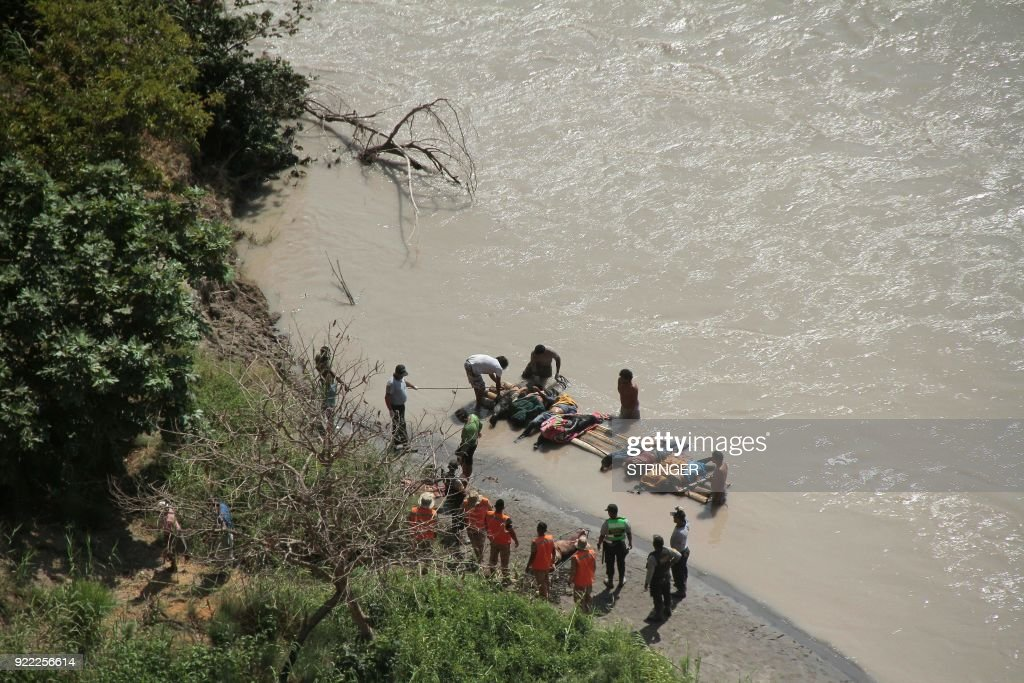 Corpses are rescued after an accident where at least 35 people were killed when a bus veered off a mountain road and plunged into a ravine on the Panamerican road in southern Peru on February 21, 2018. At least 20 other passengers were injured when the bus left the Pan-American highway and tumbled 80 meters (260 feet) down a jagged slope in the southern region of Arequipa. The accident happened around 1.30 am (0630 GMT), Andina agency said. PHOTO / STRINGER