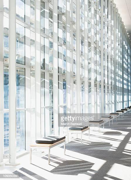 Couloir moderne et mur de verre dans l'immeuble de bureaux