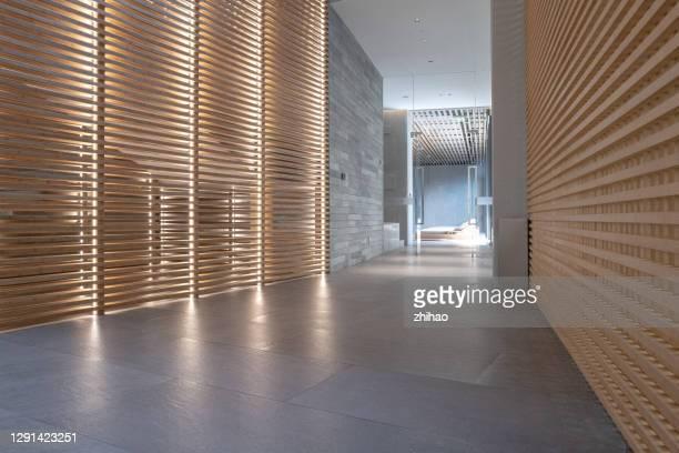 corridor of modern business space - ancho fotografías e imágenes de stock