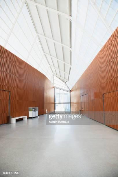 廊下の現代的なオフィス