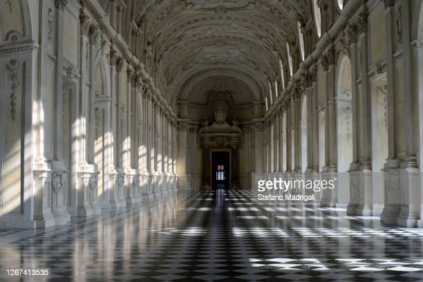 corridor with columns and checkered floor, venaria reale - palast stock-fotos und bilder