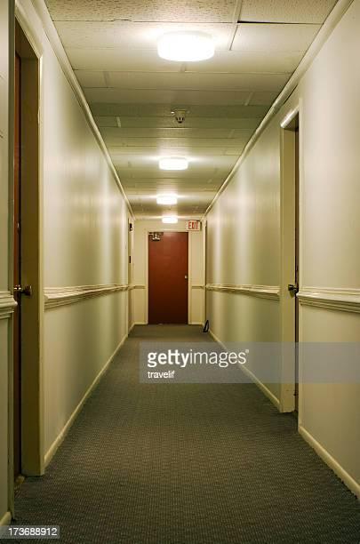 couloir avec panneau indicatif de sortie - couloir photos et images de collection