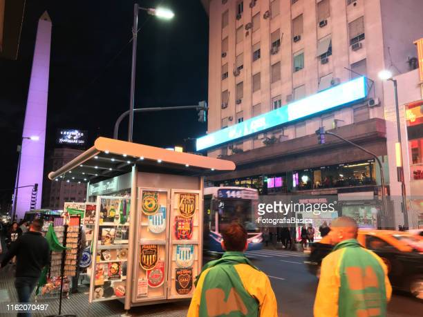 la avenida corrientes y el obelisco por la noche - obelisco de buenos aires fotografías e imágenes de stock