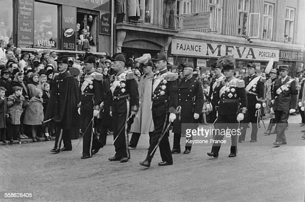 Cortège funèbre derrière le cercueil du roi Christian X en première ligne de gauche à droite roi Haakon de Norvège roi Frédéric IX de Danemark prince...