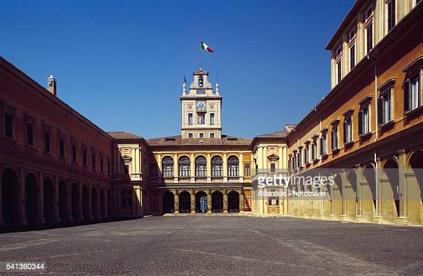 cortile d'onore at palazzo del quirinale - quirinaalpaleis stockfoto's en -beelden