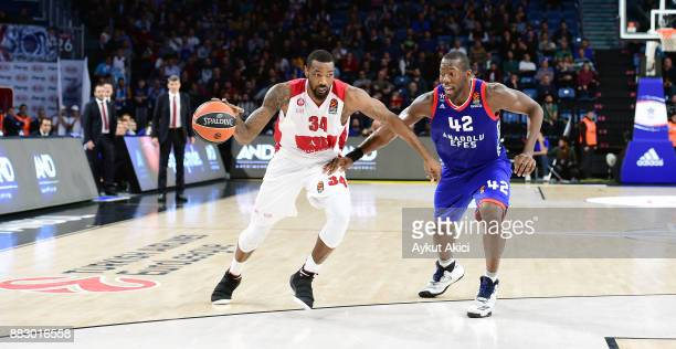 Cory Jefferson #34 of AX Armani Exchange Olimpia Milan competes with Bryant Dunston #42 of Anadolu Efes Istanbul during the 2017/2018 Turkish...