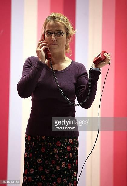Cosima von Borsody Theaterstück Seitensprung ins Eheglück Wesseling NordrheinWestfalen Deutschland Theater Bühne Brille Telefon telefonieren...