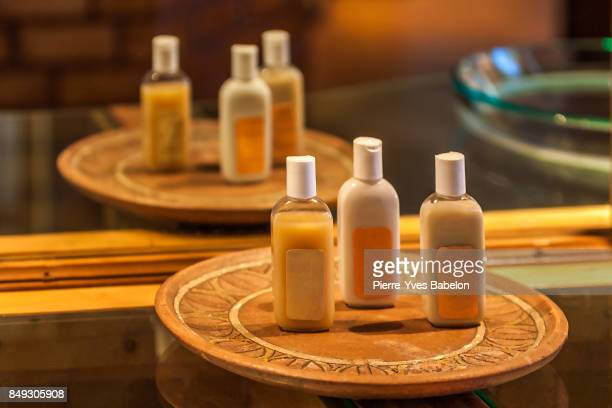 cosmetics in the hotel bathroom - shampoo stockfoto's en -beelden