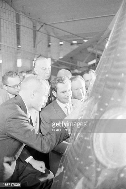 Cosmonaut Gherman Titov In Washington Aux EtatsUnis le 3 mai 1962 l'astronaute américain John GLENN montrant au cosmonaute soviétique Guerman TITOV...