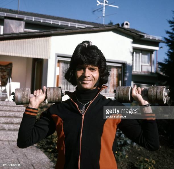 Costa Cordalis absolviert im November 1976 vor seinem Haus in Kniebis bei Freudenstadt sein Fitnesstraining Der im griechischen Elatia geborene...