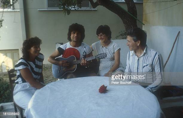 Costa Cordalis Ehefrau Ingrid Cordalis Mutter Angeliki Cordalis Vater Lukas Cordalis Athen/Griechenland Gitarre Musikinstrument spielen lachen sitzen...