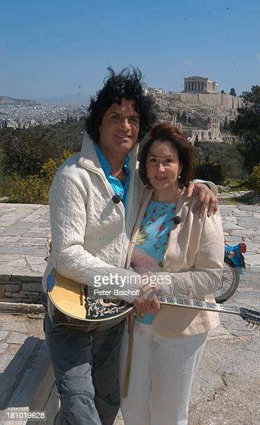 "Costa Cordalis, Ehefrau Ingrid, im Hintergrund ""Akropolis"", Mofa, NDR-Special: ""Sirtaki, Stars, Olympiafieber - Athen erleben mit H E I K E G ; T Z"",..."