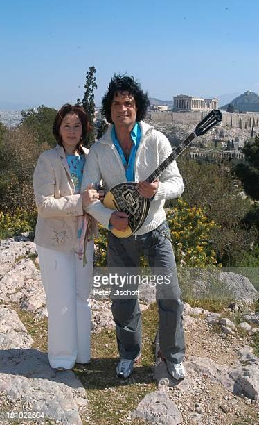 Costa Cordalis Ehefrau Ingrid im Hintergrund Akropolis NDRSpecial Sirtaki Stars Olympiafieber Athen erleben mit H E I K E G T Z Dreharbeiten in Athen...