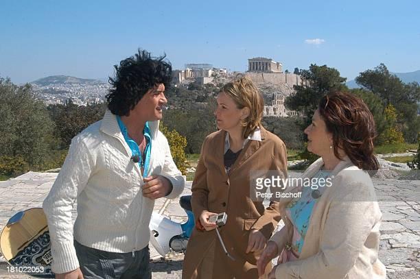 """Costa Cordalis, Ehefrau Ingrid , Moderatorin Heike Götz, im Hintergrund: """"Akropolis"""", NDR-Special: """"Sirtaki, Stars, Olympiafieber - Athen erleben mit..."""