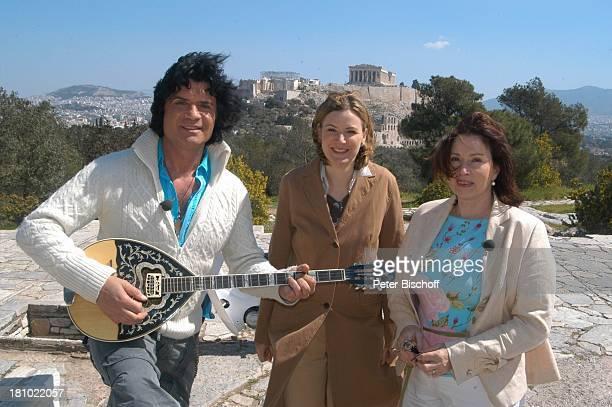 Costa Cordalis Ehefrau Ingrid Moderatorin Heike Götz im Hintergrund Akropolis NDRSpecial Sirtaki Stars Olympiafieber Athen erleben mit H E I K E G T...