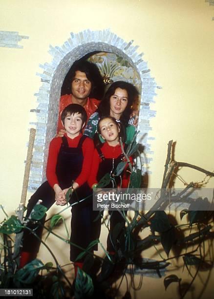 Costa Cordalis, Ehefrau Ingrid, Sohn Lukas , Tochter Angeliki , Homestory, Kniebis bei Freudenstadt, , Fenster-Nische, Familie, Sänger, Promis,...