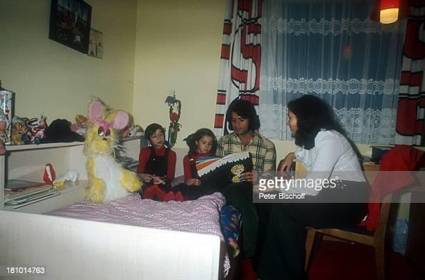 Costa Cordalis, Ehefrau Ingrid, Sohn Lukas , Tochter Angeliki , Homestory, Kniebis bei Freudenstadt, , Kinderzimmer, aus einem Kinderbuch vorlesen,...